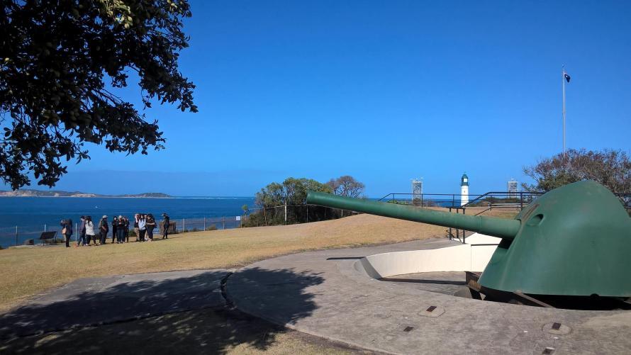 cannone sul mare con gruppo visitatori