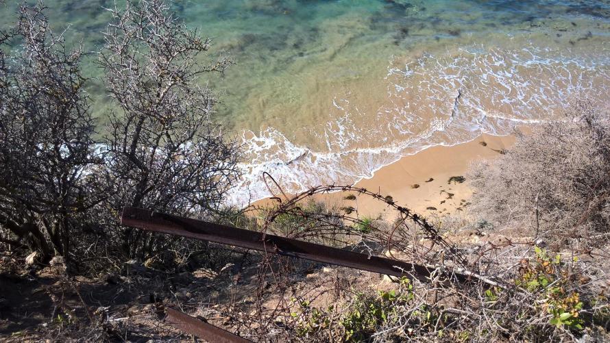 mare dall'alto con filo spinato