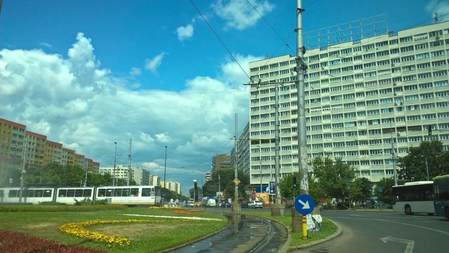 bucarest piazza rotonda con tram e palazzo popolare