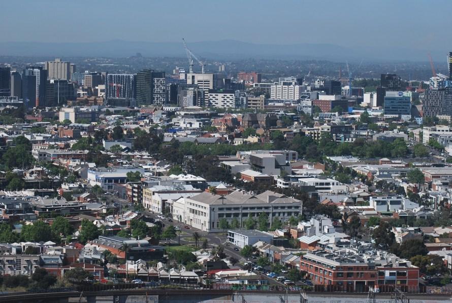 Vista dalla Melbourne Star: case palazzi e alberi