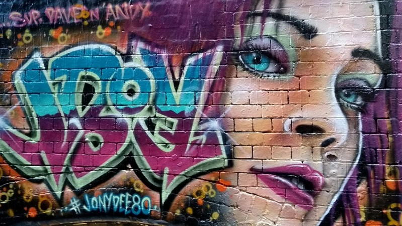 street art melbourne ragazza dai capelli rosa