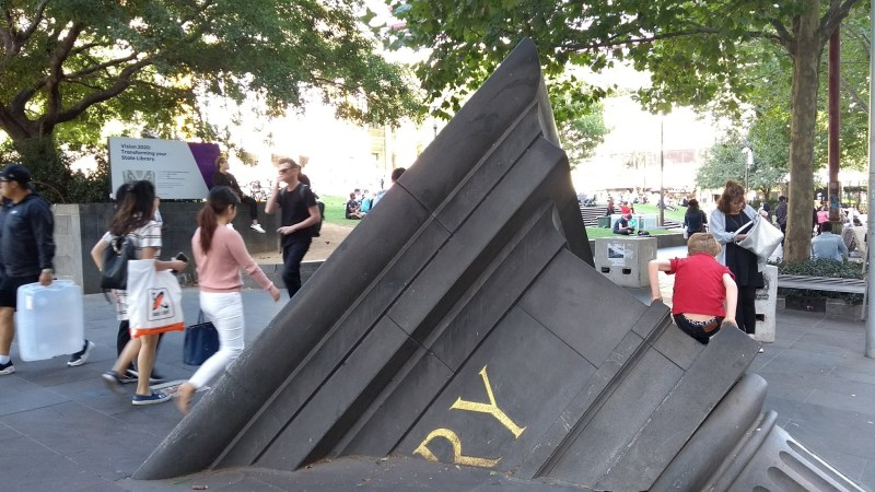 capitello gigante grigio che spunta dal marciapiede