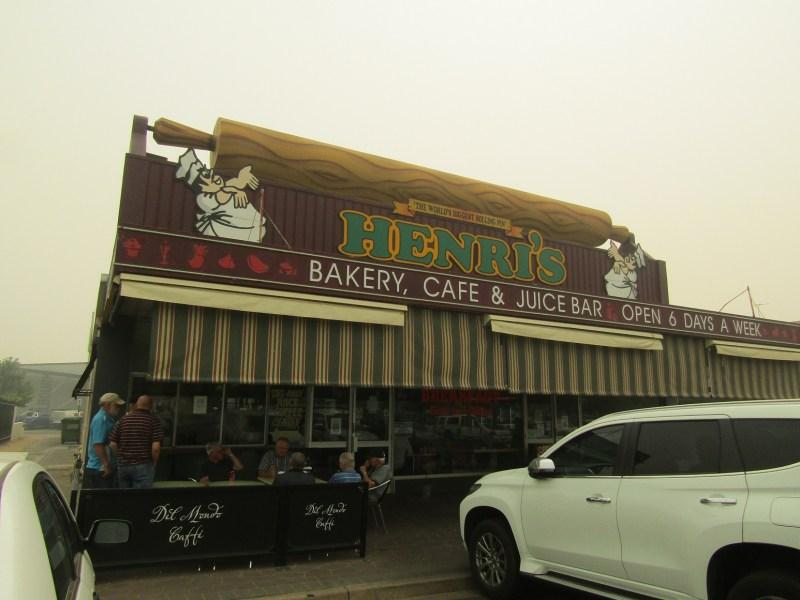 il mattarello più lungo del mondo sul tetto di una bakery australiana