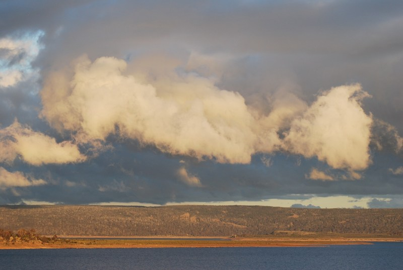 Cielo giallo prima del tramonto in Tasmania