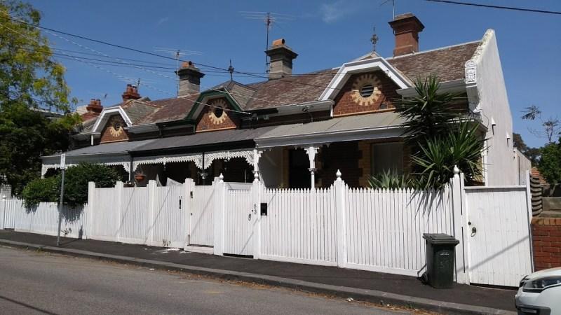 casa australiana con staccionata bianca
