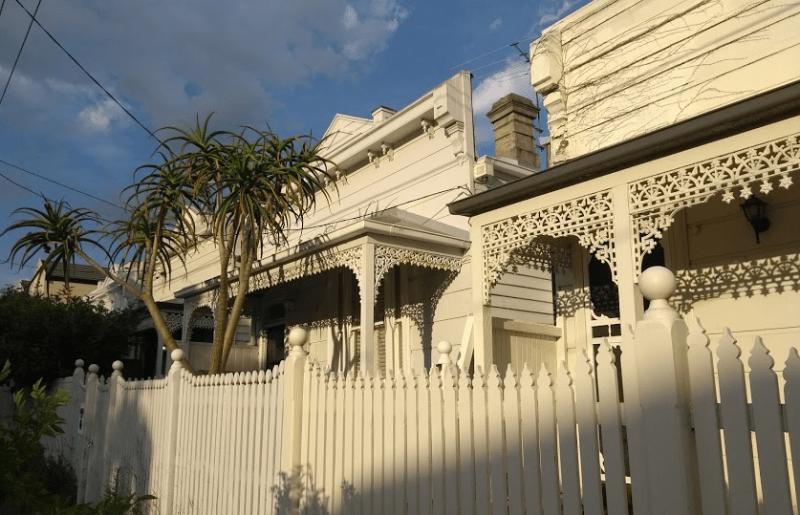 Tipica facciata di una casa australiana con staccionata, tutto in legno bianco