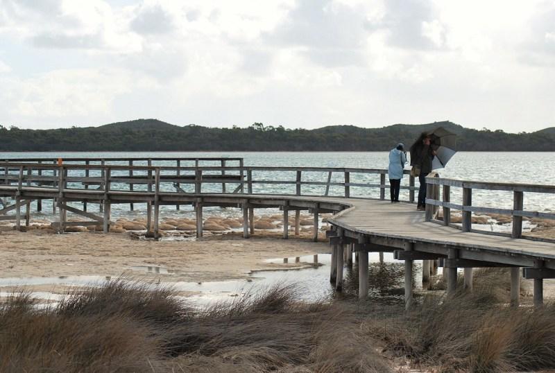 piattaforma di osservazione sul lago, con due visitatori