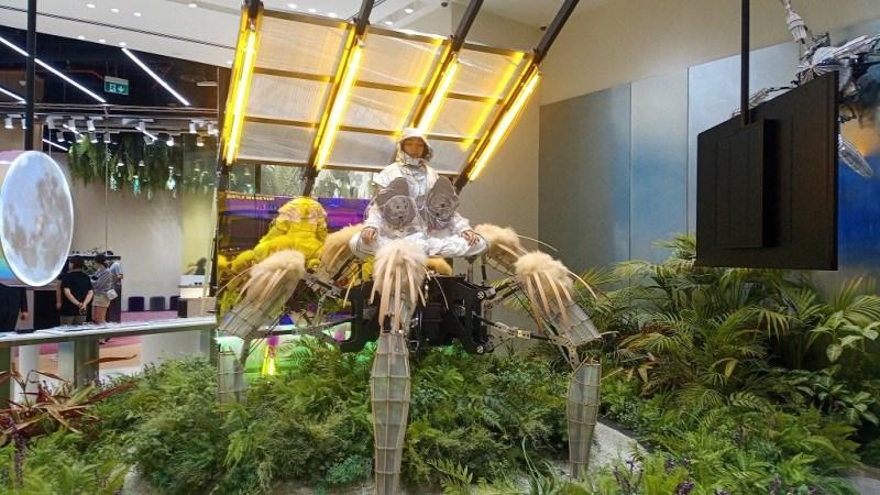 installazione in una vetrina del centro commerciale Dubai Mall