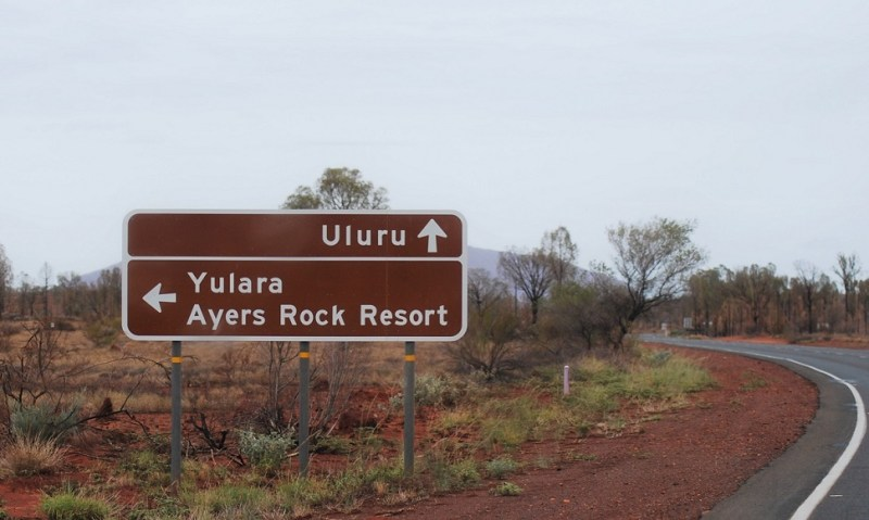 Cartello stradale Uluru Yulara e Ayers Rock Resort