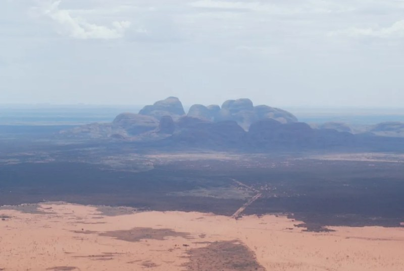 Veduta di Kata Tjuta dall'elicottero nella foschia