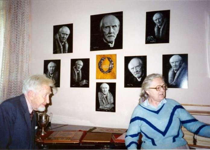 Микола Колесса слухає розповідь Зеновії Штундер у Музеї Станіслава Людкевича, 1998 р. Фото Галини Колесси.