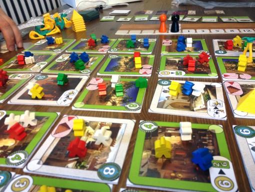 Five Tribes, jugando