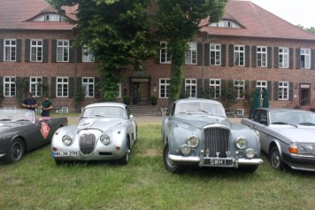 links Jaguar XK 150, Bj. 1959, rechts Bentley R-Typ Continental, Bj. 1954