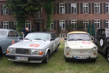 links ein Volvo 262, Bj. 1982