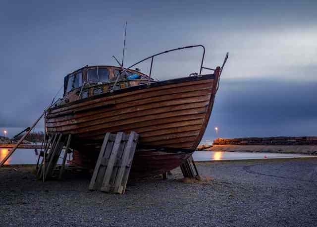 Långa slutartider - Strandad båt vid Väggahamnen i Karlshamn.