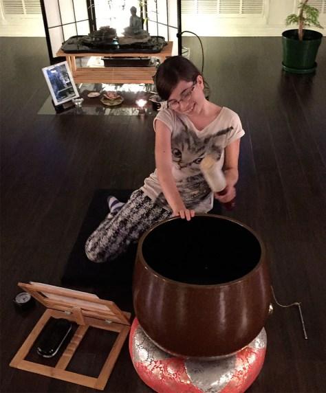 Après une séance de de méditation, la fille de mon ami s'exerce à sonner la cloche dans la salle de méditation de l'institut de pleine conscience appliquée de Montréal. - Photo de Claude Séguin