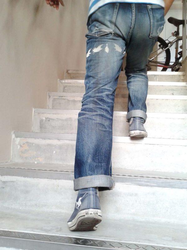 Un homme monte les marches deux par deux.
