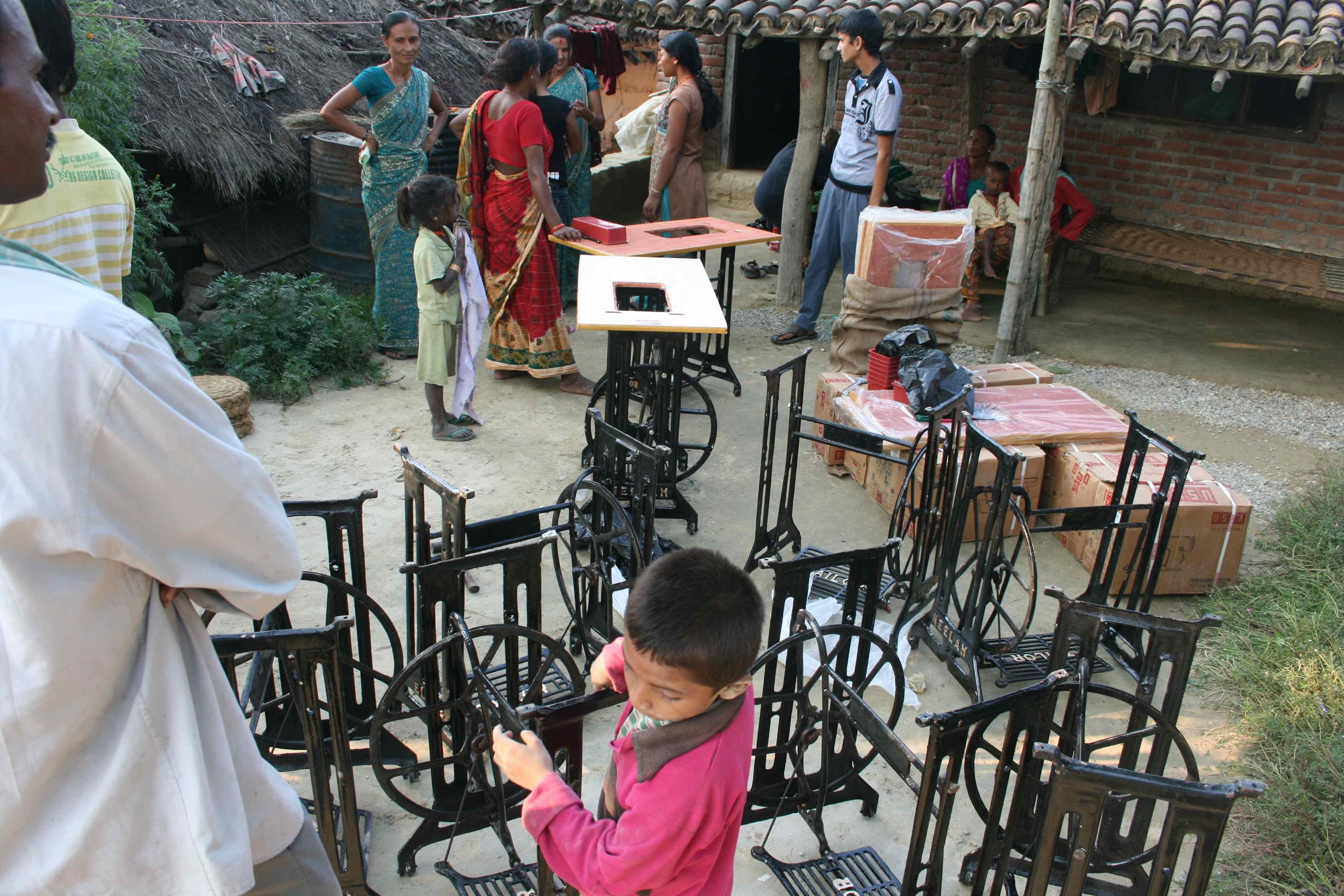 Maskiner og borde leveret udenfor Ashas hus