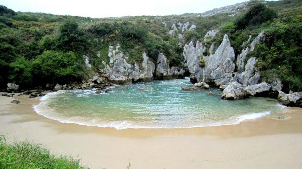 La playa de Gulpiyuri de Asturias