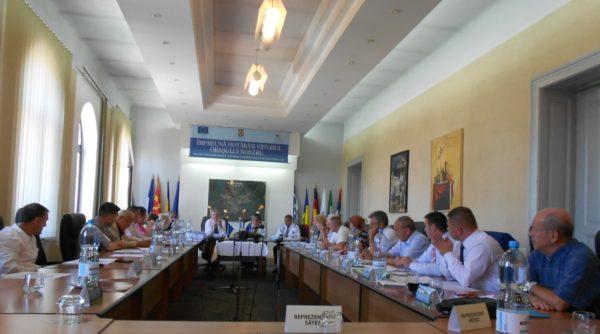 Lugoj Expres PSD, PNL, PMP și ALDE și-au împărțit, frățește, locurile în Consiliile de administrație ale unităților de învățământ din Lugoj. TOATE propunerile consilierilor independenți au fost respinse unități de învățământ PSD PNL PMP Consiliul Local Lugoj consiliile de administrație consilierii lugojeni consilierii independenți ALDE