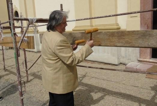 Lugoj Expres Primarul Francisc Boldea a bătut toaca și anul acesta, în centrul Lugojului toaca Lugoj Francisc Boldea Biserica Adormirea Maicii Domnului Lugoj Ansamblul Folcloric Lugojana