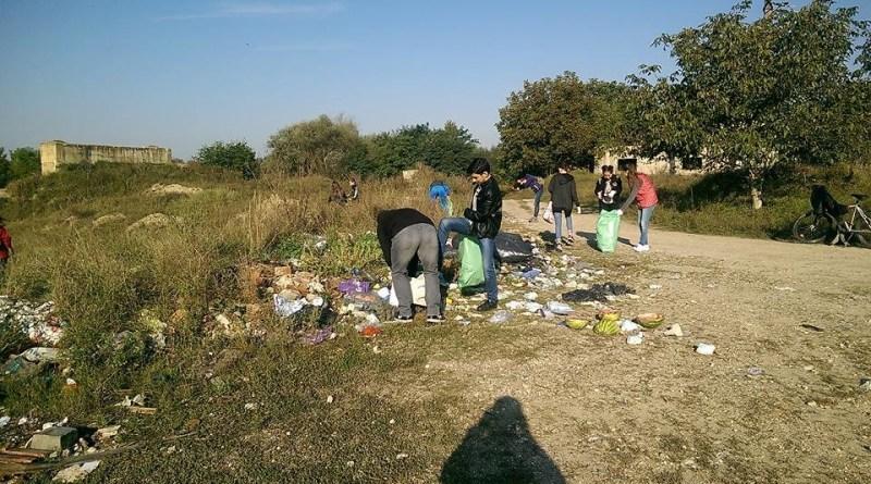 """Lugoj Expres Acțiune de curățenie în municipiul Lugoj, în cadrul campaniei """"Let's Do It România!"""" voluntari Lugoj Let's do it România gunoaie curățenie campanie națională"""