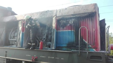 Lugoj Expres Pericol pe calea ferată! O locomotivă care tracta șase cisterne cu butan gaz a luat foc în mers (FOTO) tren pericol locomotivă în flăcări incendiu explozie calea ferată
