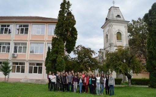 """Lugoj Expres Elevii Colegiului """"Iulia Hasdeu"""" promovează cel mai vechi edificiu din Lugoj voluntari proiect elevi edificiu Colegiul Național """"Iulia Hasdeu"""" Lugoj"""