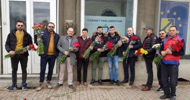 Lugoj Expres PMP-iștii au dăruit 3.000 de flori lugojencelor surpriză PMP Lugoj PMP Marian Costea flori 8 martie