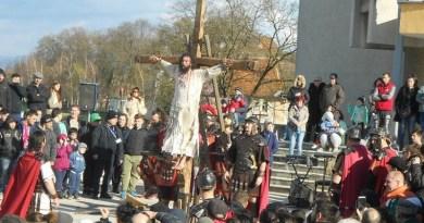 Lugoj Expres Una dintre cele mai cutremurătoare scene biblice, refăcută în Săptămâna Mare, la Lugoj (FOTO) spectacol scenă biblică Săptămâna Mare răstignire patimile mântuitorului Golgota drumul crucii dramatizare crucificat