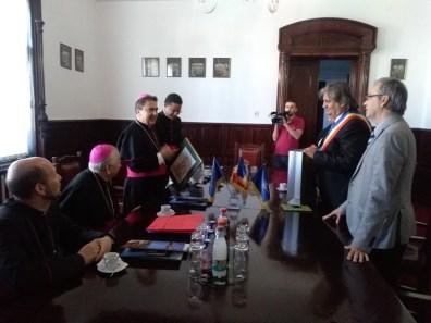 Lugoj Expres Vizită apostolică. E.S. Miguel Maury Buendia i-a oferit primarului Lugojului un rozariu binecuvântat de Papa Francisc vizită prima catedrală greco-catolică retrocedată Papa Francisc nunțiu apostolic Eparhia Greco-Catolică de Lugoj catedrală episcopală