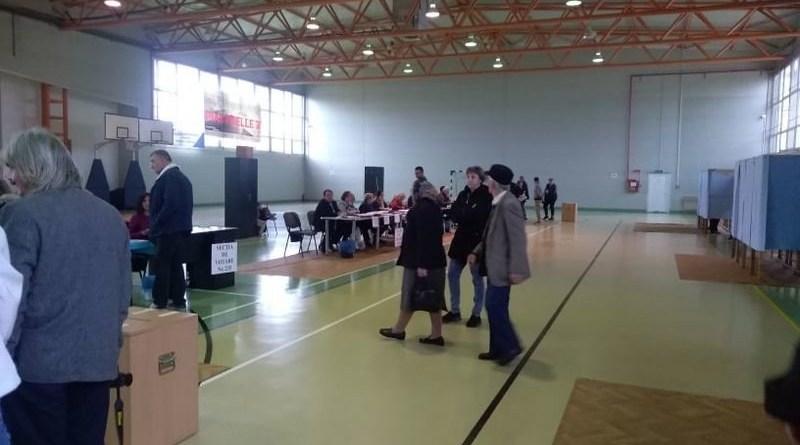 Lugoj Expres Lugojenii, în număr mare la vot! La ora 19 s-a depășit deja prezența din primul tur de scrutin votare vot urne secții prezența la vot prezență preşedintele României mobilzare Lugoj alegeri prezidențiale 2019 alegeri prezidențiale alegeri Lugoj alegeri