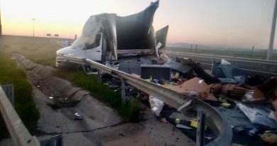 Lugoj Expres Accident pe autostrada A1. Coliziune violentă între un TIR și o camionetă victime TIR Timișoara pagube materiale Lugoj Impact violent coliziune camionetă Balinț autostrada A1 accident