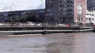 Lugoj Expres Lugojul, sub amenințarea apelor! Digul de la Pohalma a cedat râul Timiș pompieri Pohalma Podul de Fier Lugoj ISU Timiș inundații dig rupt cod roșu ape apă