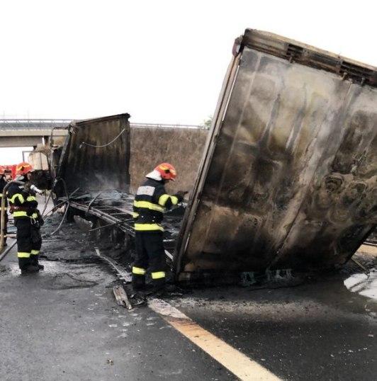 Lugoj Expres Autocamion cuprins de flăcări, pe autostrada A1 Timișoara Recaș pompieri Lugoj incendiu autocamion incendiu flăcări Autostrada autocamion A1