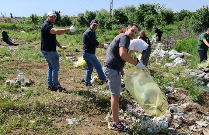 Lugoj Expres Buziașul, mai curat! Voluntarii au strâns zeci de saci cu deșeuri orașul-stațiune Lugoj ecologizare deșeuri Buziaul mai curat Buziaș acțiune de ecologizare