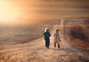 bambini al tramonto
