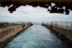 Scarico dell'acqua usata nel ciclo aperto di raffreddamento con acqua di mare per uno dei gruppi di potenza della Centrale ENIPOWER.