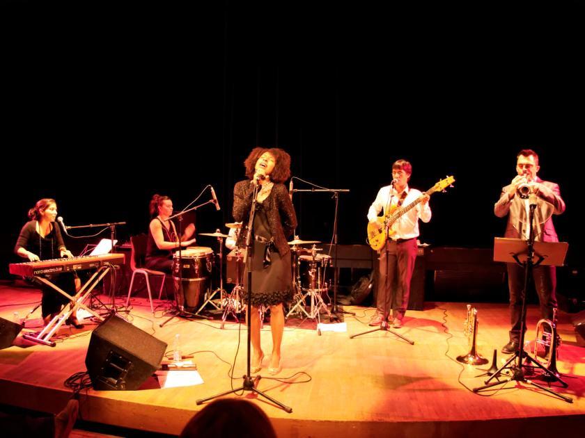 """Concierto de Akoda Afro Jazz en el ciclo """"Les jeudis du jazz"""" celebrado en la asociación Larural de Créon, Francia. Fotografía de Luis F. Roncero."""