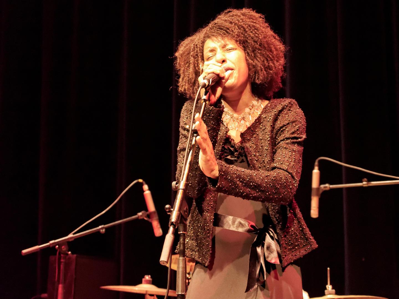 """Mayomi Moreno cantando en directo. Concierto de Akoda Afro Jazz durante el ciclo """"Les jeudis du jazz"""" celebrado en la asociación Larural de Créon, Francia. Fotografía de Luis F. Roncero."""
