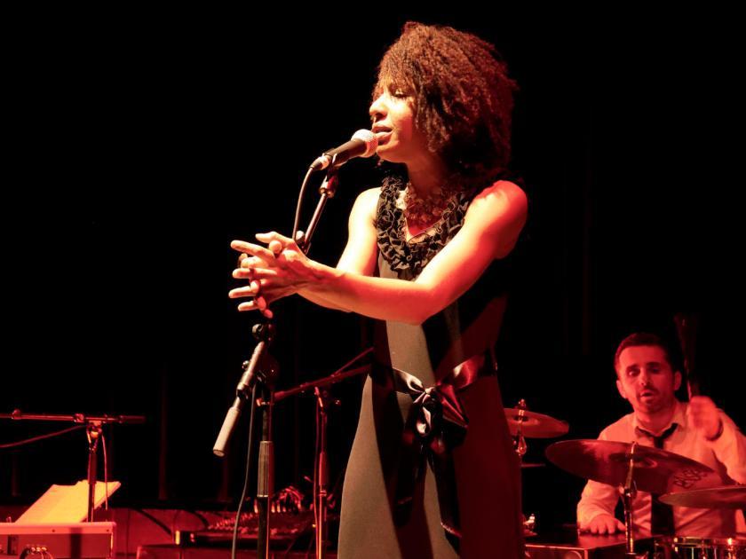 """Mayomi Moreno cantando en directo. Concierto de Akoda Afro Jazz en el ciclo """"Les jeudis du jazz"""" celebrado en la asociación Larural de Créon, Francia. Fotografía de Luis F. Roncero."""