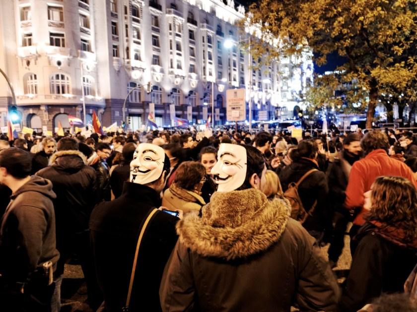 Jóvenes con máscaras de Anonymous. Rodea el Congreso: manifestación en Madrid contra la Ley Mordaza del Partido Popular. Fotografía de Luis F. Roncero.