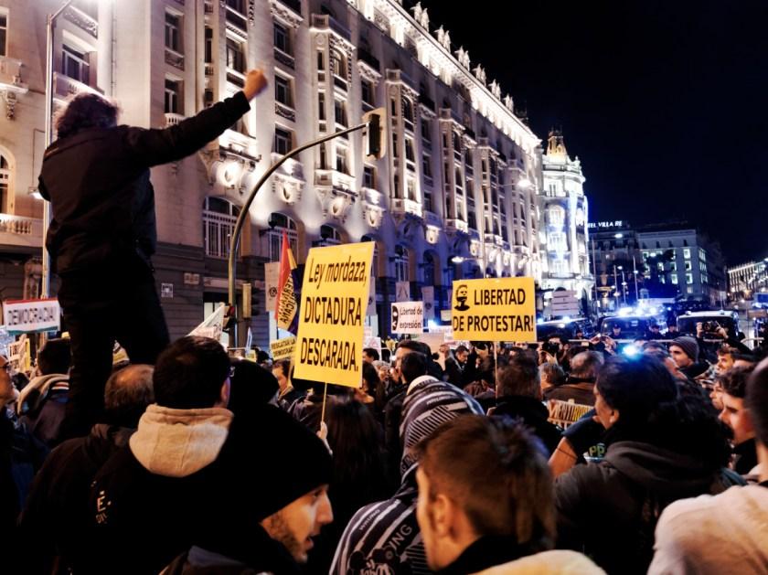 """Pancartas: """"Ley Mordaza, DICTADURA DESCARADA"""". Rodea el Congreso: manifestación en Madrid contra la Ley Mordaza del Partido Popular. Fotografía de Luis F. Roncero."""