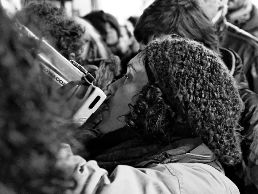 Mujer manifestándose con megáfono. Mi Bombo Es Mio: manifestación en Madrid contra la Ley del Aborto del Partido Popular. Fotografía de Luis F. Roncero.