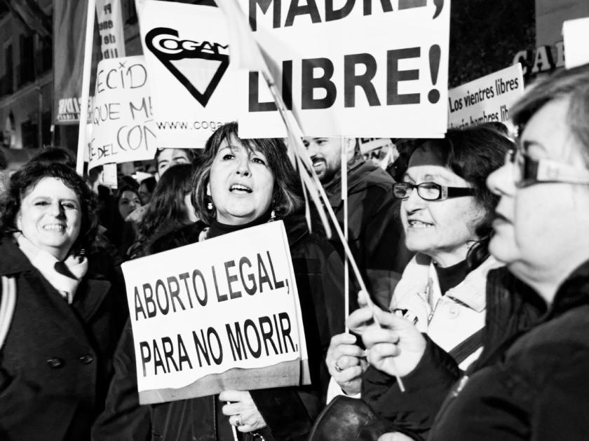 """Mujeres sostienen pancartas: """"ABORTO LEGAL PARA NO MORIR"""" Y """"MADRE LIBRE"""". Mi Bombo Es Mio: manifestación en Madrid contra la Ley del Aborto del Partido Popular. Fotografía de Luis F. Roncero."""