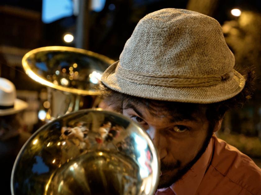 Giovanni Carboni, trompa de Million Dollar Mercedes Band mirando a la cámara. Fotografía de Luis F. Roncero.
