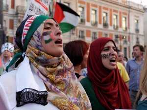 Mujeres manifestándose contra los asesinatos de Israel. Manifestación contra el genocidio de Israel en Gaza.. By Luis F. Roncero