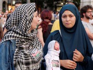 Mujeres musulmanas sostienen una representación de un niño muerto. Manifestación contra el genocidio de Israel en Gaza.. By Luis F. Roncero