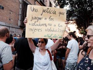 Mujer sostiene una pancarta pidiendo justicia para las mujeres en los casos de violación. Manifestación contra la violencia machista frente al Ministerio de Justicia en Madrid. By Luis F. Roncero