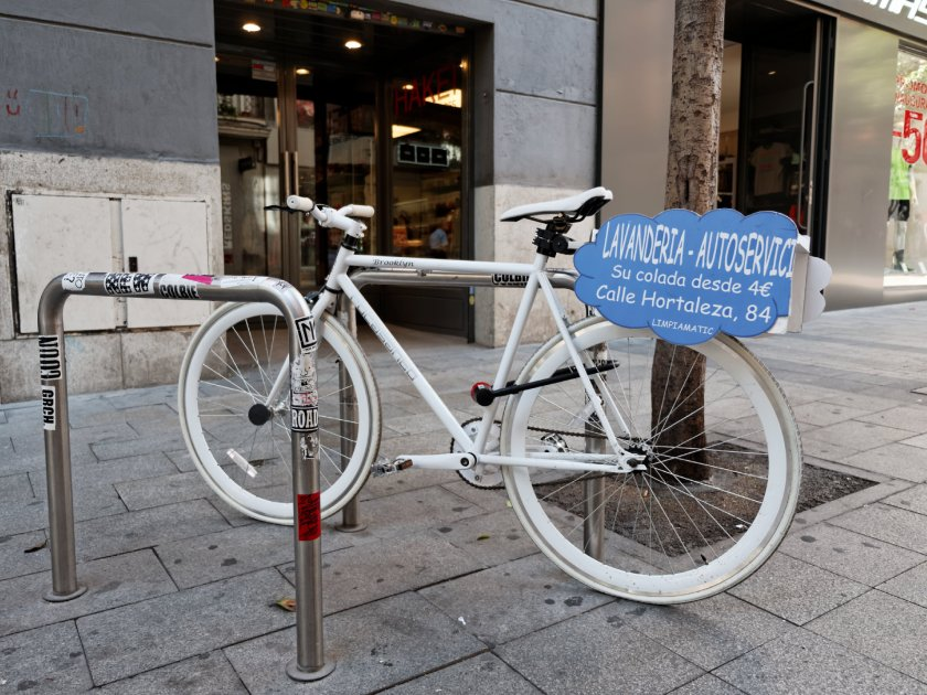 Un aparcamiento públco de bicicleta convertido en anuncio.  Fotografía de Luis F. Roncero.